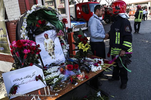 تصاویر / قدردانی دانش آموزان اهوازی از زحمات آتشنشانان