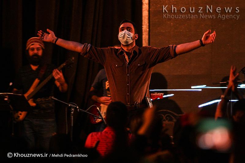 عکس/ حرکت جالب یراحی در کنسرت در اعتراض به گرد و غبار