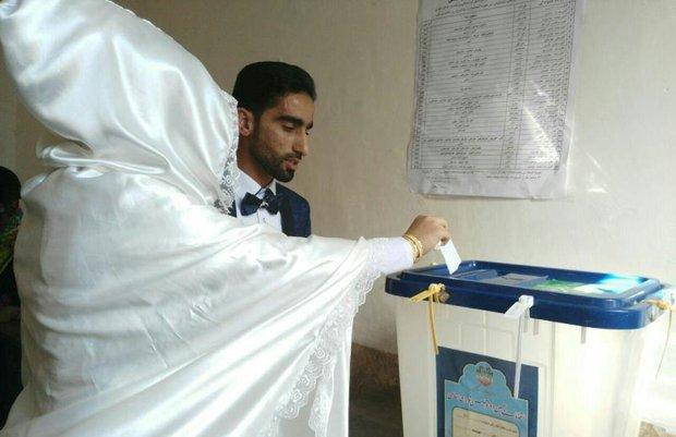 عروس و داماد آبادانی با حضور در کنار مردم رای دادند