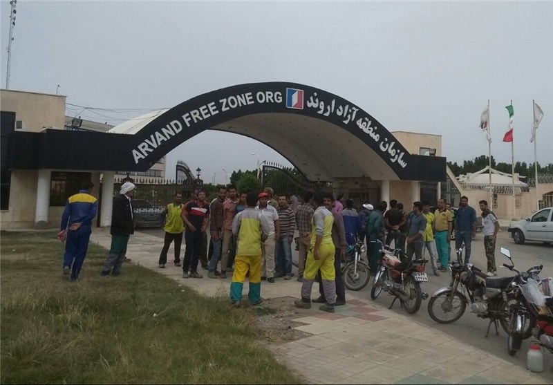 ادامه تجمع کارگران خرمشهر مقابل منطقه آزاد اروند