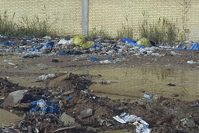 رهاسازی پسماندهای عفونی بیمارستانی در اطراف بیمارستان راه زینب بندر امام خمینی