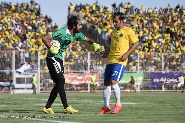 تصاویر / رقابت تیم های فوتبال صنعت نفت آبادان و فجر سپاسی شیراز