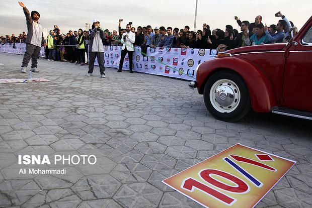 تصاویر / جابجایی سه خودرو با دندان توسط دختر 16 ساله اهوازی