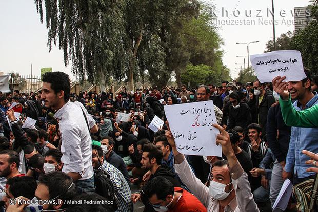 تصاویر/ تجمع جمعی از شهروندان اهوازی مقابل استانداری خوزستان