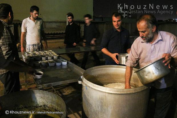 تصاویر / تهیه، پخت و توزیع نذری در شب بیست و یکم رمضان